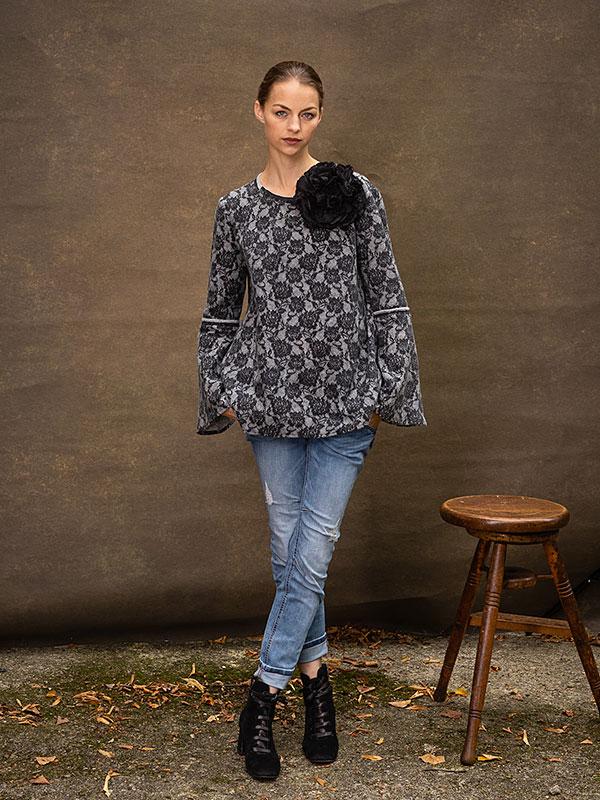 Blume Noir / large . Pullover Geraldine